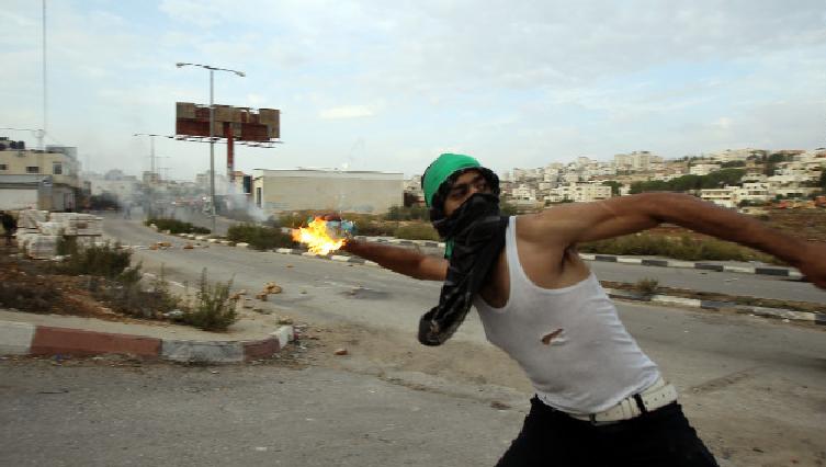 القاء زجاجات حارقة على قوات الاحتلال في رام الله