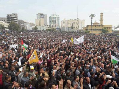 بالفيديو : مئات الالاف يتظاهرون في غزة ضد سياسة السلطة تجاه غزة
