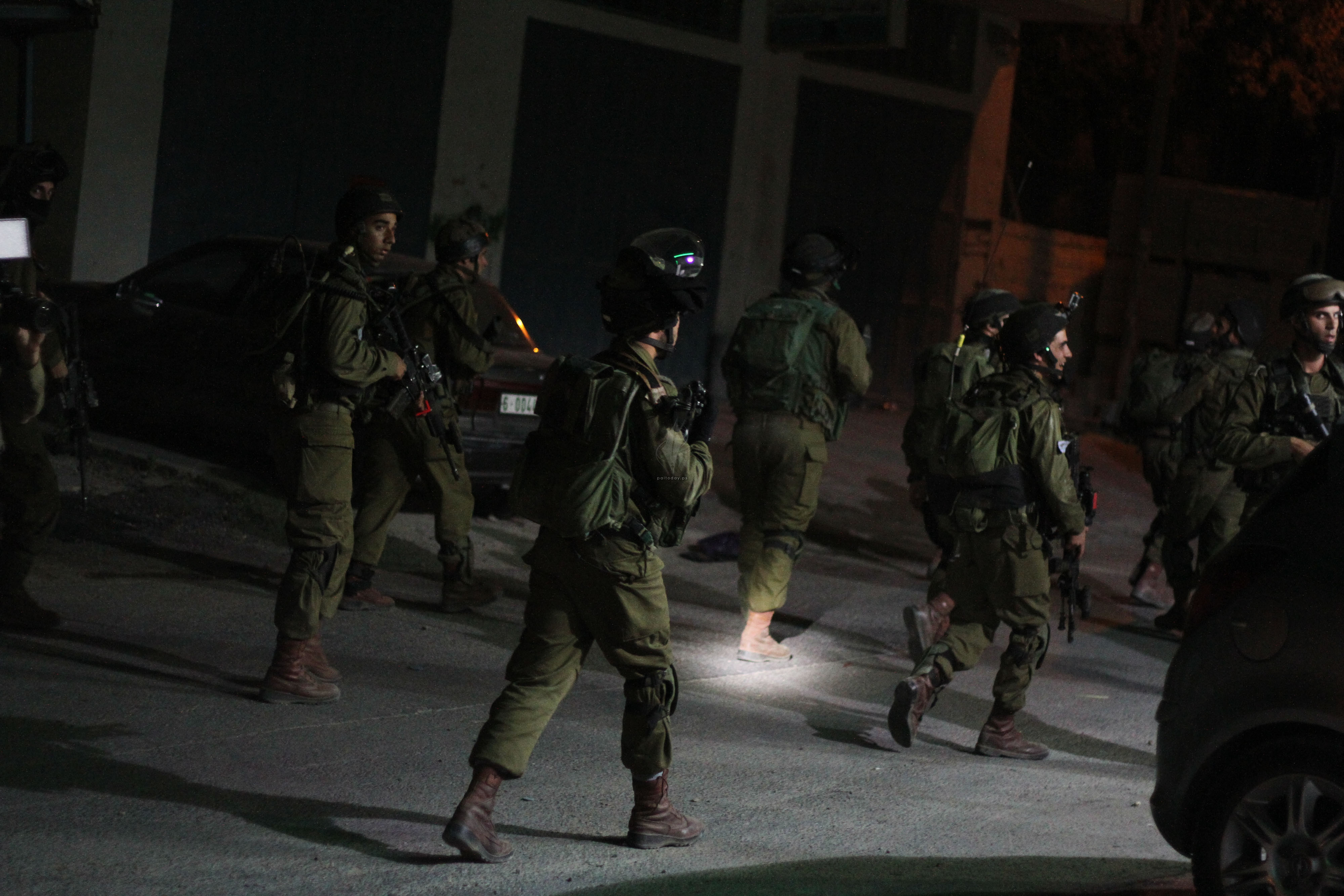 قوات الاحتلال الاسرائيلي تعتقل فلسطينيين بزعم حيازتهما عبوات ناسفة