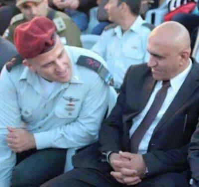 محافظ نابلس اكرم الرجوب برفقة ضابط في الجيش الاسرائيلي